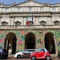 Milano, carta da parati sulla facciata della Scala: pronto l'allestimento per gli Oscar della sostenibilità