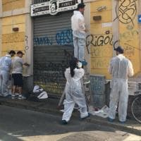 Milano, volontari all'opera in Darsena per ripulire i muri imbrattati
