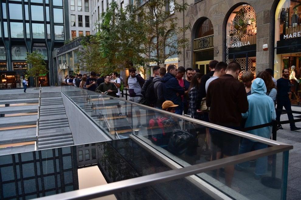 Milano, scatta la mania del melafonino: tutti in coda per l'iPhone Xs