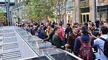 Melafonino-mania: tutti in coda dall'alba per comprare il nuovo iPhone  ·   Foto   ·   Video