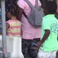 Lodi, mense e scuolabus inaccessibili per gli stranieri: scatta la raccolta