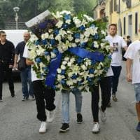 Fiori e la maglia di Icardi sulla bara di Andrea: i funerali a Cusano Milanino