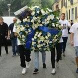 Milano, i funerali del 15enne morto per un selfie: sulla bara la maglia di Icardi  ·   Foto