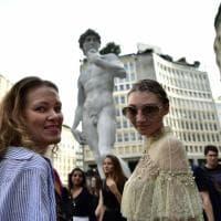 Milano, il David di Michelangelo compare a sorpresa in piazza San Babila