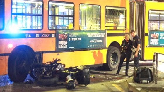 Milano, motociclista si schianta contro un filobus e muore