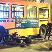 Milano, motociclista si schianta contro un filobus: è grave