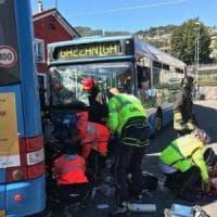 Bergamo, scontro tra bus all'uscita da scuola: grave il secondo studente rimasto schiacciato