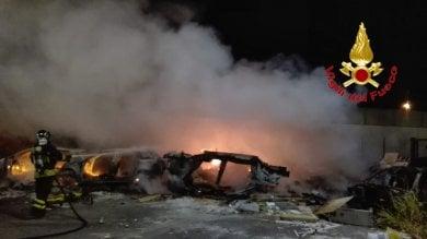 Milano, rogo in via Bonfadini: incendio nella discarica abusiva di auto abbandonate