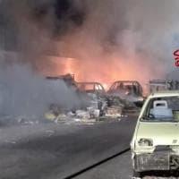 Milano, incendio nella discarica abusiva di auto: l'intervento dei vigili del fuoco