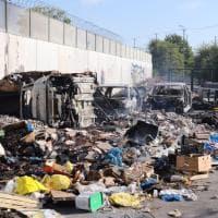 Pezzi di auto, mezzi del bikesharing e rifiuti: la discarica abusiva di Bonfadini a Milano il giorno dopo il rogo