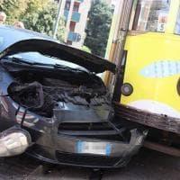 Milano, macchina contro tram: automobilista illesa ma sotto shock