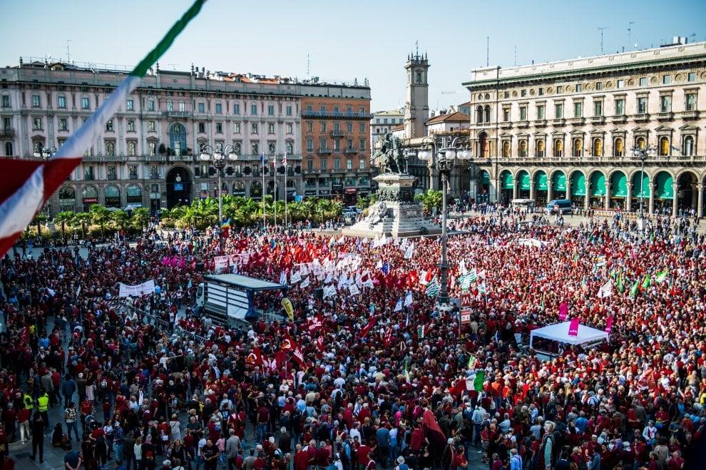 #intolleranzazero, la Milano antirazzista riempie la piazza: il Duomo si colora di rosso
