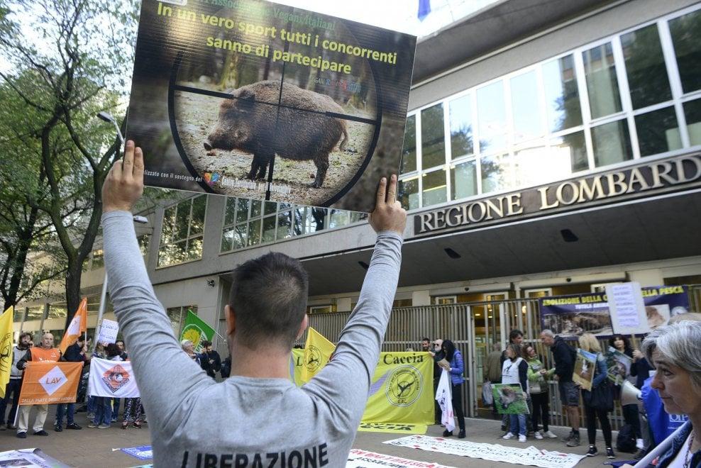 """Milano, animalisti assediano il Pirellone: """"Assassini i cacciatori e chi li autorizza"""""""