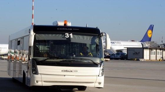 Malpensa, trattorino taglia la strada al bus passeggeri: tre contusi
