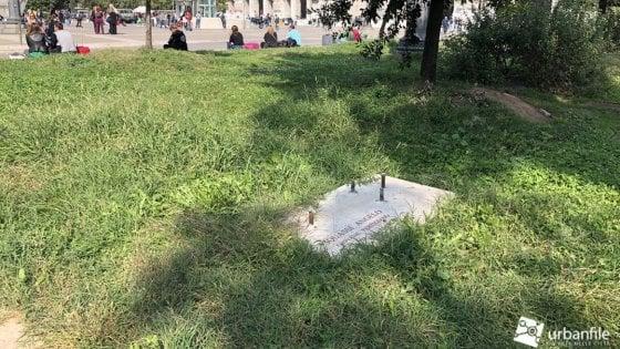 Milano, vandali contro il monumento del partigiano Squassi: rubata la croce sulla lapide in Centrale
