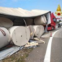 Brianza, camion perde il carico: bobine di carta da 15 quintali invadono la carreggiata