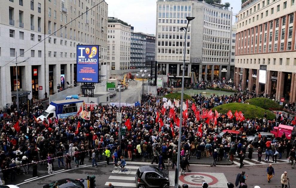 Milano, presidio in piazza San Babila per protestare contro l'arresto del sindaco di Riace