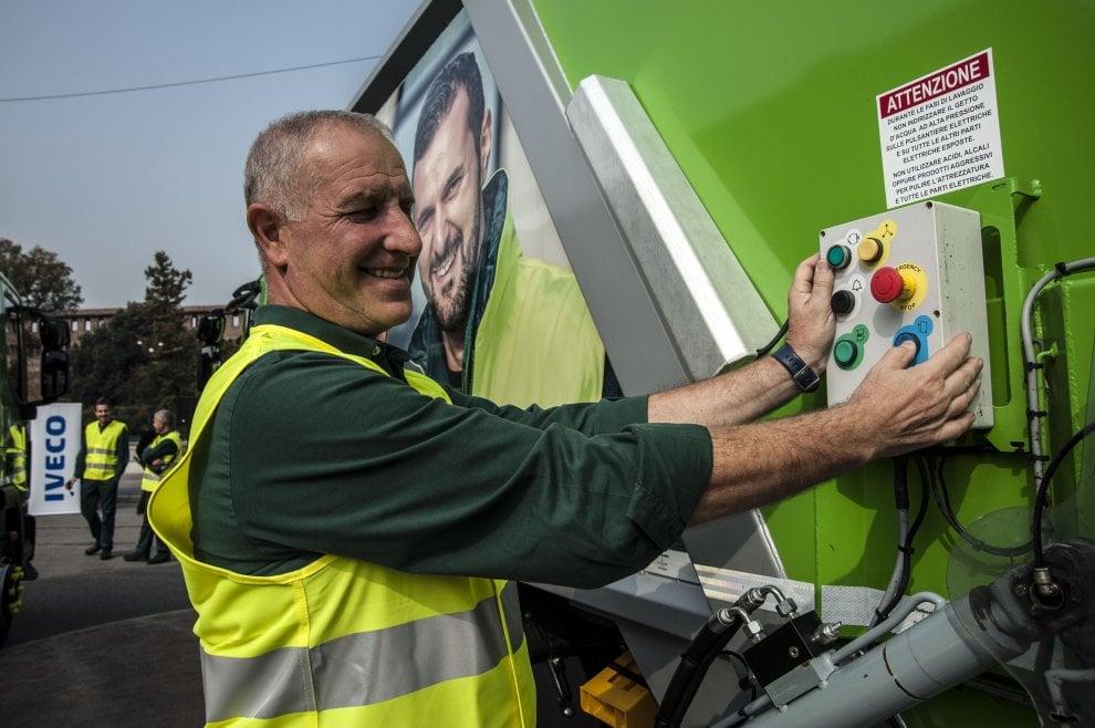 Milano, 43 automezzi green per la raccolta differenziata