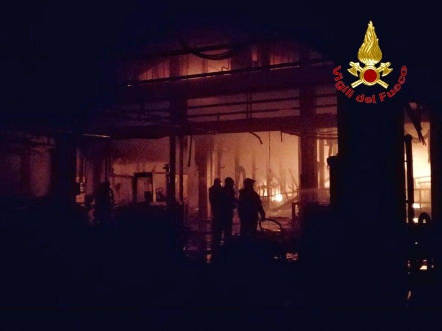 Cologno Monzese, incendio in un'azienda chimica: l'intervento dei pompieri