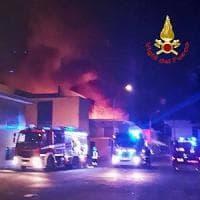 Cologno Monzese, rogo nell'azienda chimica: vigili del fuoco al lavoro per ore