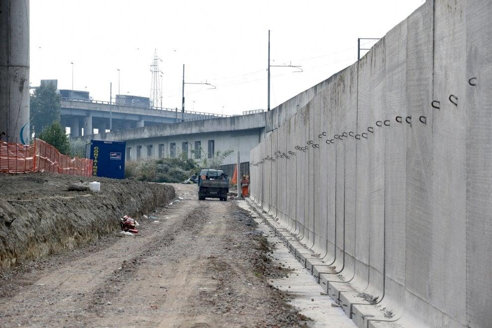 Milano, a Rogoredo il muro anti-spaccio: una barriera alta 4 metri