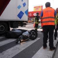 Milano, scontro fra moto e camion: muore motociclista 27enne