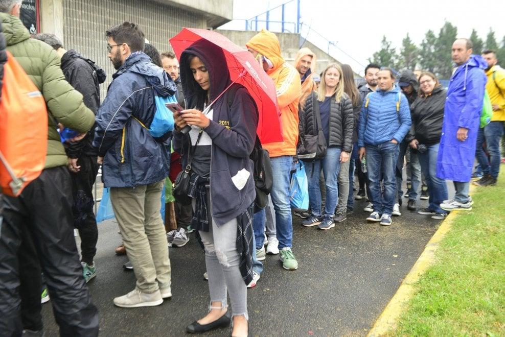 Gli U2 in concerto a Milano, fan in coda sotto la pioggia dalle prime ore del mattino