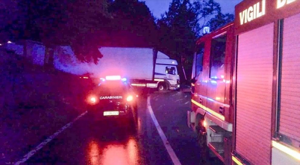 Varese, camion sbaglia manovra su un tornante: traffico in tilt e arrivano i pompieri
