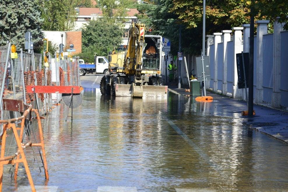 Milano, tubo rotto ad Affori: la strada diventa una piscina
