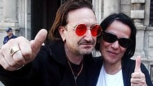 Il sosia di Bono in centro photocall con i fan