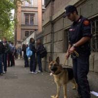 Controlli antidroga, i carabinieri fanno irruzione in due scuole del Milanese: arrestato il pusher degli studenti