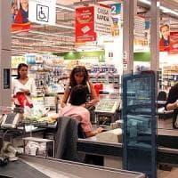 Varese, razzismo al supermercato: cliente insulta il cassiere di colore