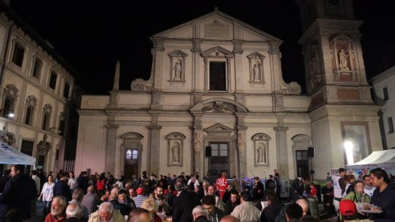 """A Milano la """"Notte dei senza dimora"""", cittadini e scrittori hanno dormito con i clochard"""