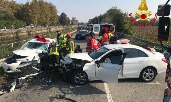 Milano, schianto tra auto sulla vecchia Vigevanese, 8 feriti