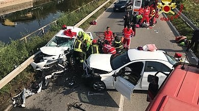 Schianto tra auto sulla vecchia Vigevanese,    i feriti restano intrappolati tra le lamiere