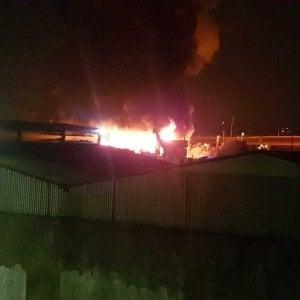 Milano, a fuoco un capannone pieno di rifiuti