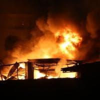 Incendi in depositi di rifiuti a Milano, il ministro Costa: