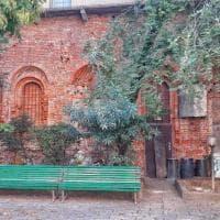 Milano, bidoni e sacchi di immondizia sfregiano il palazzo progettato dal Bramante