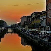 Milano, lo spettacolo del tramonto infuocato sui Navigli è da cartolina