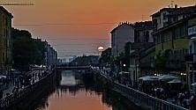 Lo spettacolo del tramonto infuocato sui Navigli è da cartolina