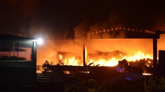 """Incendio alla Bovisasca, Milano ostaggio della puzza: bruciano gola e occhi. Arpa: """"Colpa del vento da nord"""""""