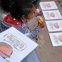 Bambini esclusi dalla mensa, in piazza a Lodi si mangia il panino dell'ironia