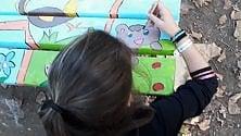 Svastiche sulla panchina  della IV elementare:  i bambini la ridipingono