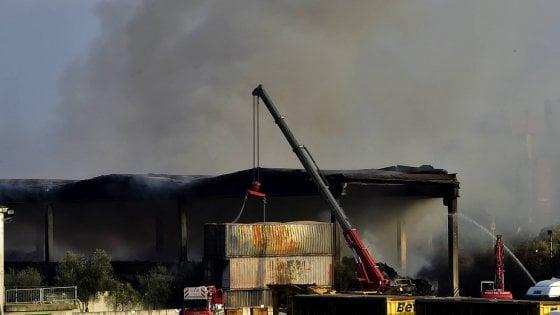 """Incendio a Milano nel deposito di rifiuti in Bovisasca, attivata una """"task force"""" di Regione e Comune"""