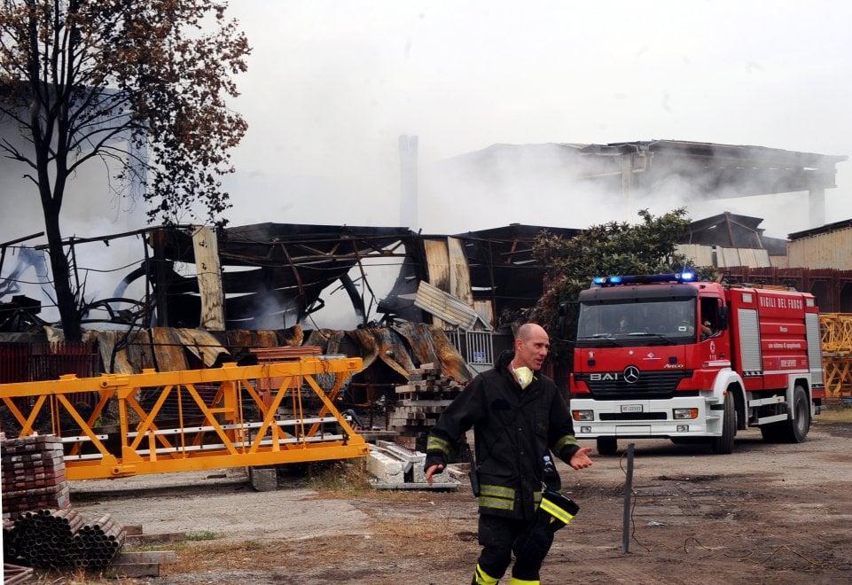 Incendio al capannone di rifiuti alla Bovisasca: al termine le operazioni di spegnimento