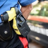 Milano, minaccia i passanti con un coltello: i carabinieri lo dissuadono con il taser