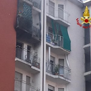 Milano, in fiamme palazzina a Quarto Oggiaro: appartamenti distrutti e famiglie evacuate