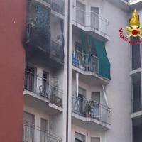 Milano, in fiamme palazzina a Quarto Oggiaro: appartamenti distrutti e famiglie