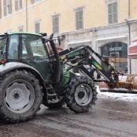 Pavia, usano un trattore per sfondare il muro della banca. Ma il colpo fallisce