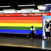 Milano, il Popolo della famiglia di Adinolfi contro il metrò arcobaleno:
